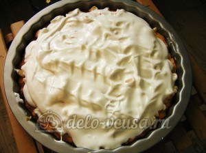 Яблочный пирог с безе: Выкладываем взбитые белки
