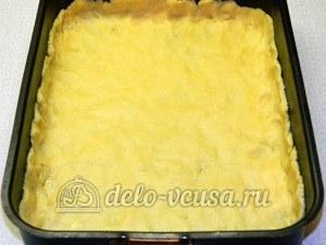 Пирог с красной смородиной: Тесто выкладываем в форму