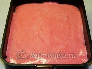 Пирог с красной смородиной: Выливаем на корж начинку