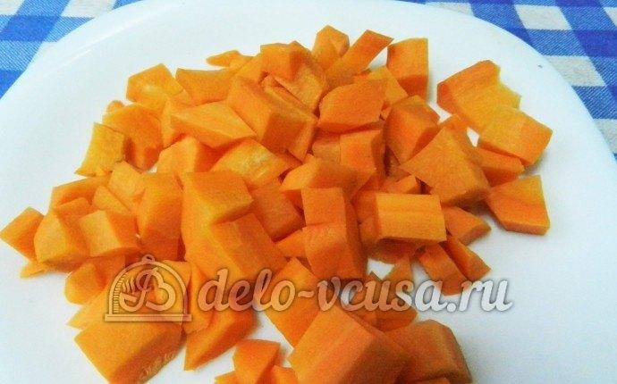 Ребрышки с перловкой: Крупно порезать морковь