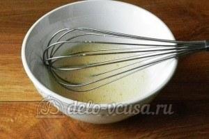 Рулет с бананом и сгущенкой: Взбить яйцо