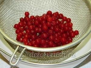 Пирог с красной смородиной: Промыть ягоды