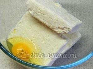 Сырники с изюмом: Добавить яйцо