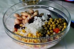 Винегрет с кукурузой: Добавить измельченный лук