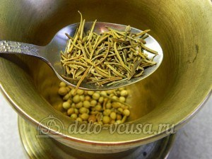 Куриный рулет в духовке: Измельчаем тимьян