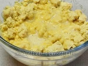 Печенье Орешки: Влить яйца в тесто