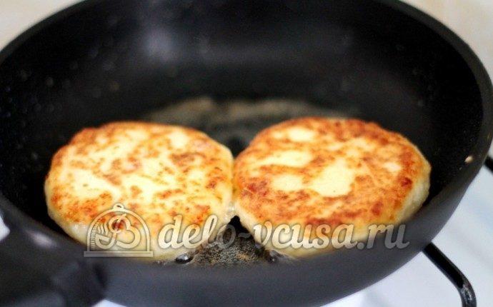 Классические сырники: Обжарить до золотистости