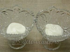 Десерт из айвы с творогом: Выложить сметану в креманки