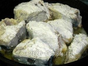 Тушеная пикша: Разогреть сковороду, выложить рыбу