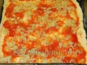 Пицца с овощами: Сверху кладем лук