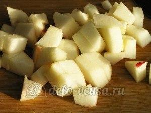 Яблочный пирог с безе: Порезать яблоки