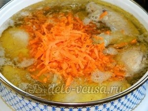 Куриный суп с лимоном: Добавить в кастрюлю лук и морковь