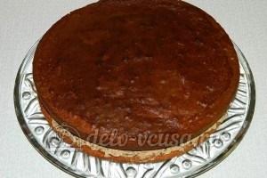 Бисквитный торт с черносливом: Накрыть вторым коржом