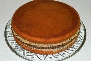 Бисквитный торт с черносливом: Сформировать торт