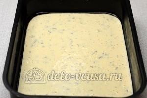 Пирог с рыбными консервами: Вылить тесто в форму