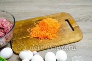 Мясной рулет с яйцом: Морковку натереть на средней терке