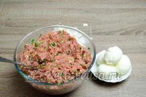 Мясной рулет с яйцом: Очистить вареные яйца