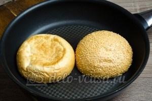 Гамбургер с курицей: Хлеб кладем на сковородку