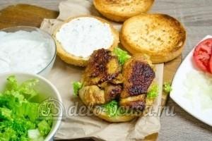 Гамбургер с курицей: Кладем курицу