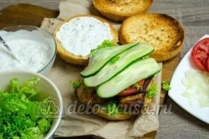 Гамбургер с курицей: Добавляем помидоры и огурцы
