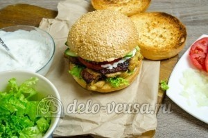 Гамбургер с курицей: Сформируйте бутерброд