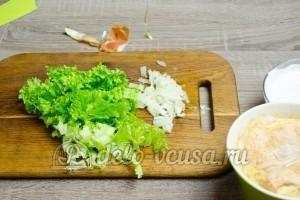 Гамбургер с курицей: Листья салата порезать