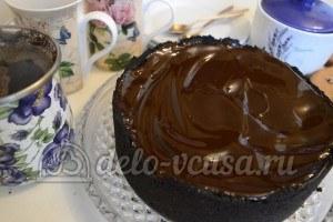 Пирог с шоколадной начинкой: Покрываем пирог глазурью