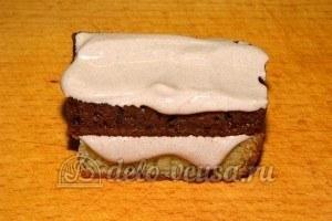 Бисквитные пирожные: Намазать кремом, совместить верхний и нижний корж