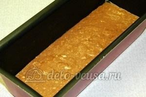 Бисквитные пирожные: Залить тесто в форму и поставить в духовку