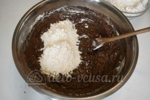 Ореховое печенье с шоколадом: Добавьте муку