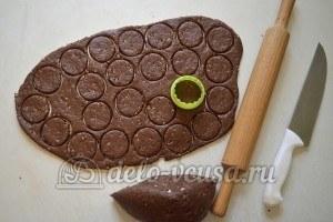 Ореховое печенье с шоколадом: Раскатать тесто