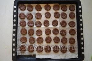 Ореховое печенье с шоколадом: Выложить на противень