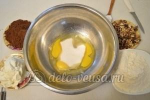 Шоколадное печенье с орехами: Растереть яйца с сахаром