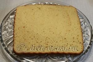 Ореховый торт: Остудить бисквит, разрезать