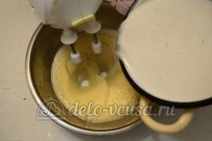 Бисквитный торт с кремом Шарлотт: Молочный сироп добавить к яйцам