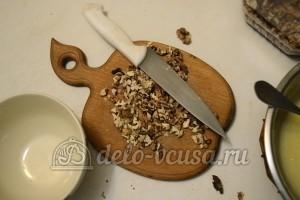 Бисквитный торт с кремом Шарлотт: Измельчить орехи