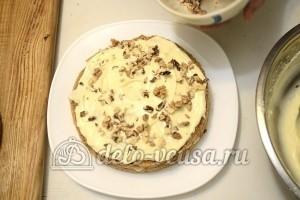 Бисквитный торт с кремом Шарлотт: Коржи промазать кремом и посыпать орехами