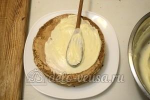 Бисквитный торт с кремом Шарлотт: Верх и бока промазать кремом