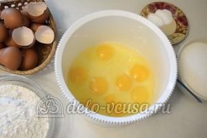 Бисквитный торт с кремом Шарлотт: Взбить яйца с солью