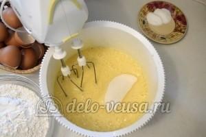 Бисквитный торт с кремом Шарлотт: Добавить сахар и взбить