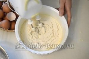 Бисквитный торт с кремом Шарлотт: Добавить соду и муку