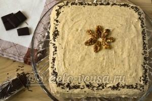 Ореховый торт: Декорировать шоколадом и орехами