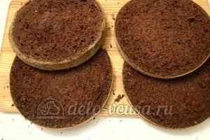 Шоколадный бисквитный торт: Разделить каждый бисквит на 2 части