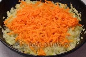 Красный рис с мясом: Натереть морковь на терке и обжарить