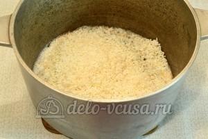 Курица с рисом в духовке: Засыпать рис, залить воду