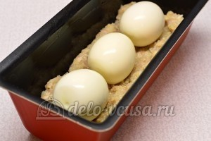 Рулет из фарша с яйцом: Выложить яйца