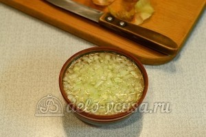 Салат с печенью трески и овощами: Нарезать лук и залить кипятком