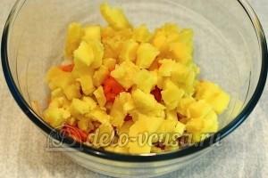 Салат с печенью трески и овощами: Нарезать картошку