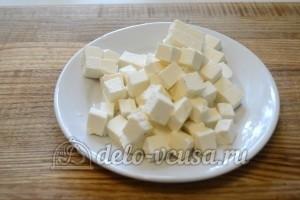 Пирог с курицей, грибами и сыром: Сыр нарезать кубиками