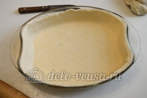 Пирог с курицей, грибами и сыром: Тесто раскатать и перенести в форму